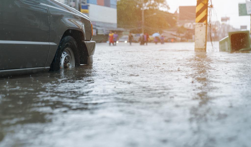 ¿Qué hacer cuando su carro queda en medio de una inundación?