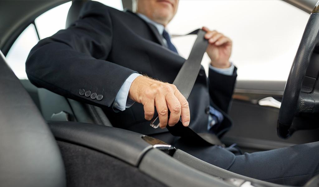 Use el cinturón de seguridad y evite una multa