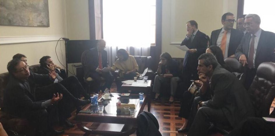 Uribe, Petro y Cepeda dialogan sobre militares en JEP