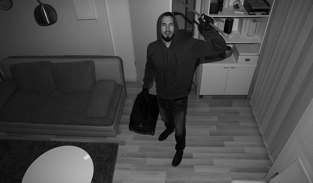 Ladrón sofocaba a sus víctimas y las metía en maletas