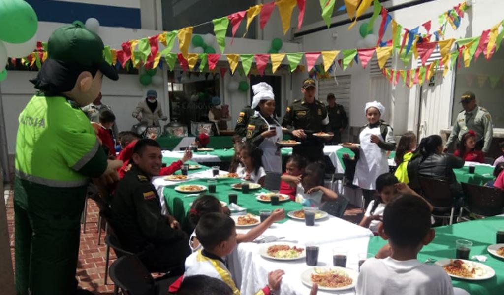 Policías fueron chefs para niños de escasos recursos