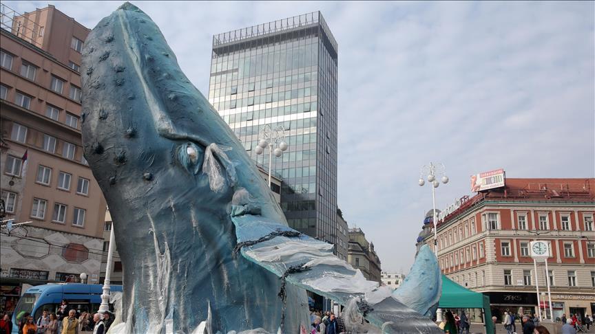 Con escultura de ballena crean consciencia en polución marina