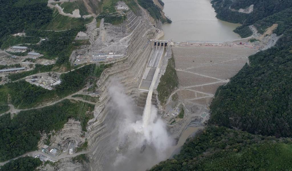 El Río Cauca ya corre por un vertedero de Hidroituango