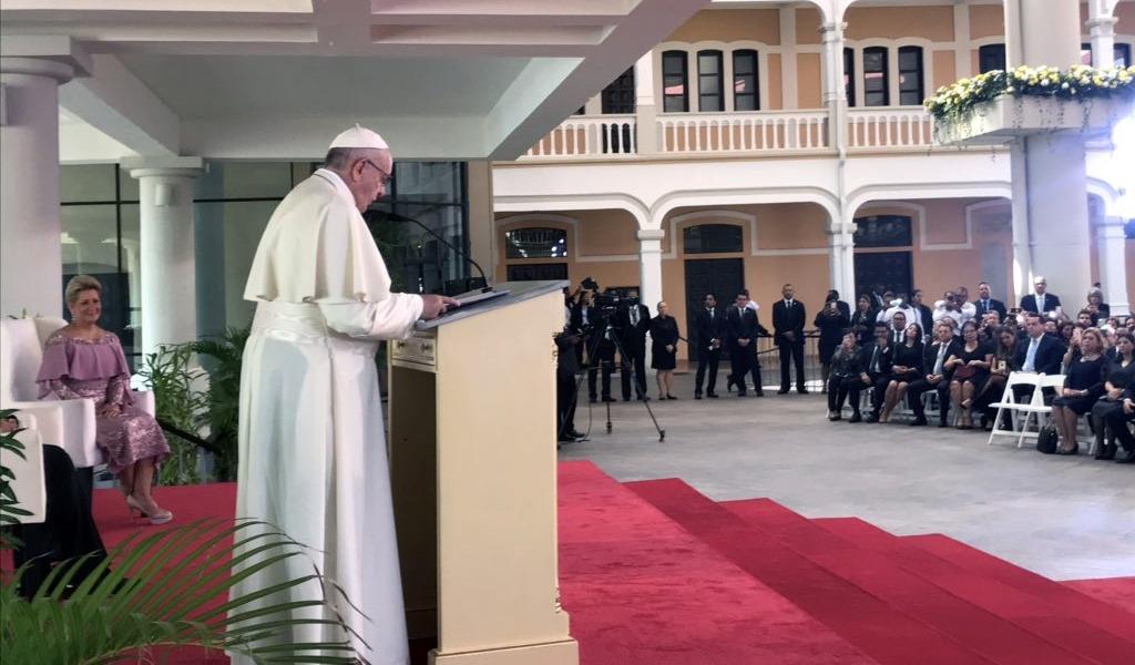 """El papa llama a líderes a vivir con """"austeridad y transparencia"""""""