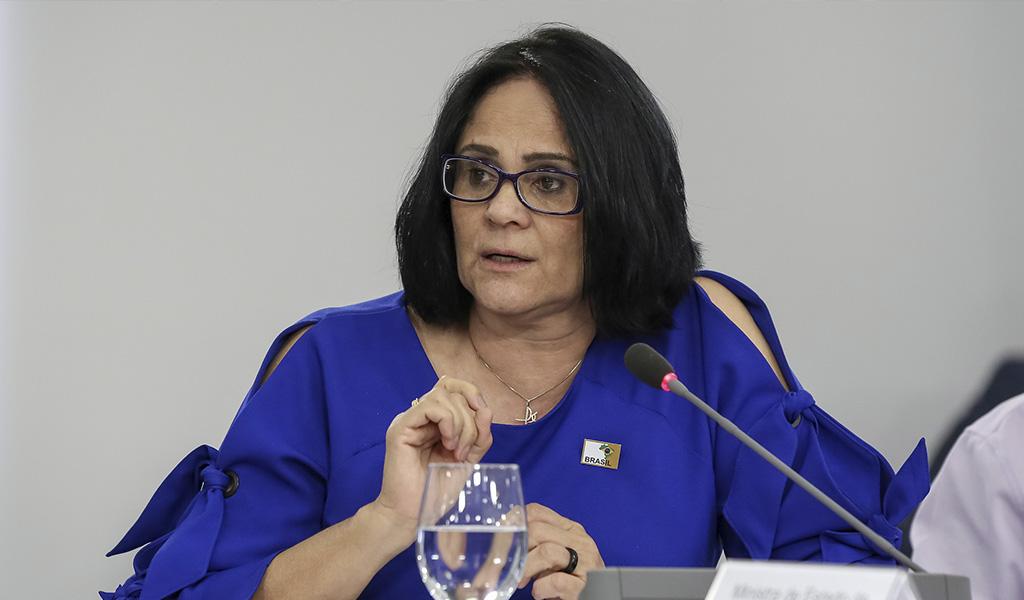 """""""Niños de azul y niñas de rosa"""": ministra de Bolsonaro"""