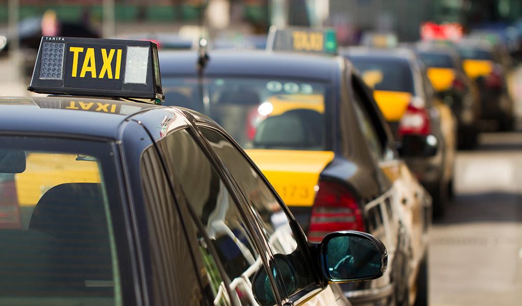 """Taxistas españoles protestan con """"chalecos amarillos"""""""