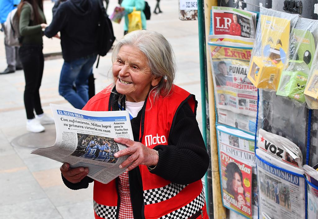 Ha vivido medio siglo de vender noticias en la calle