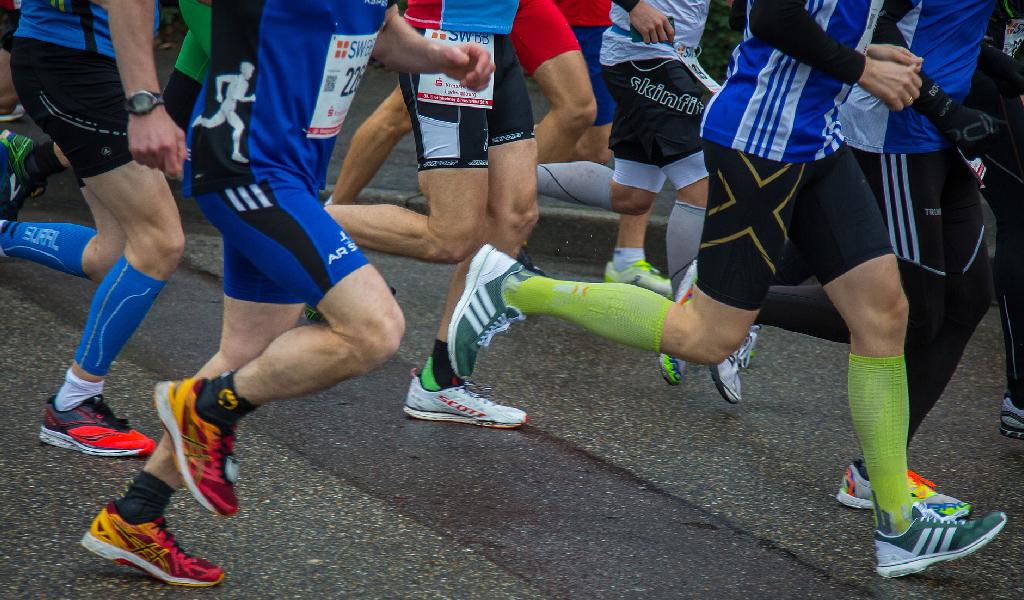 gente corriendo rock and roll half marathon medellin