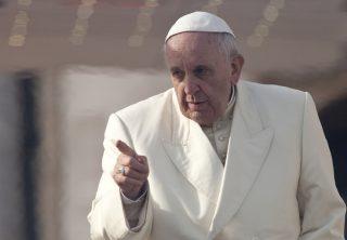 El papa cree que algunos políticos hablan como Hitler