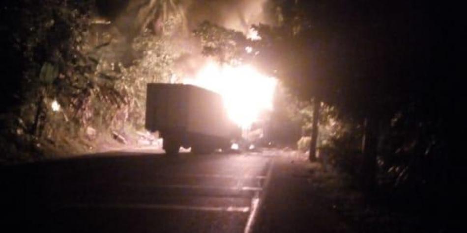 Hombres armados queman dos vehículos en Antioquia