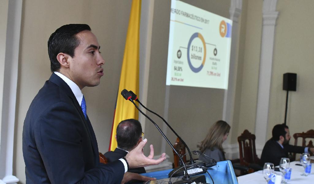Richard Aguilar propone ley de medicamentos económicos
