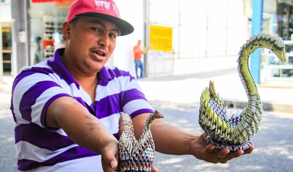 El venezolano que convierte bolívares en obras de arte