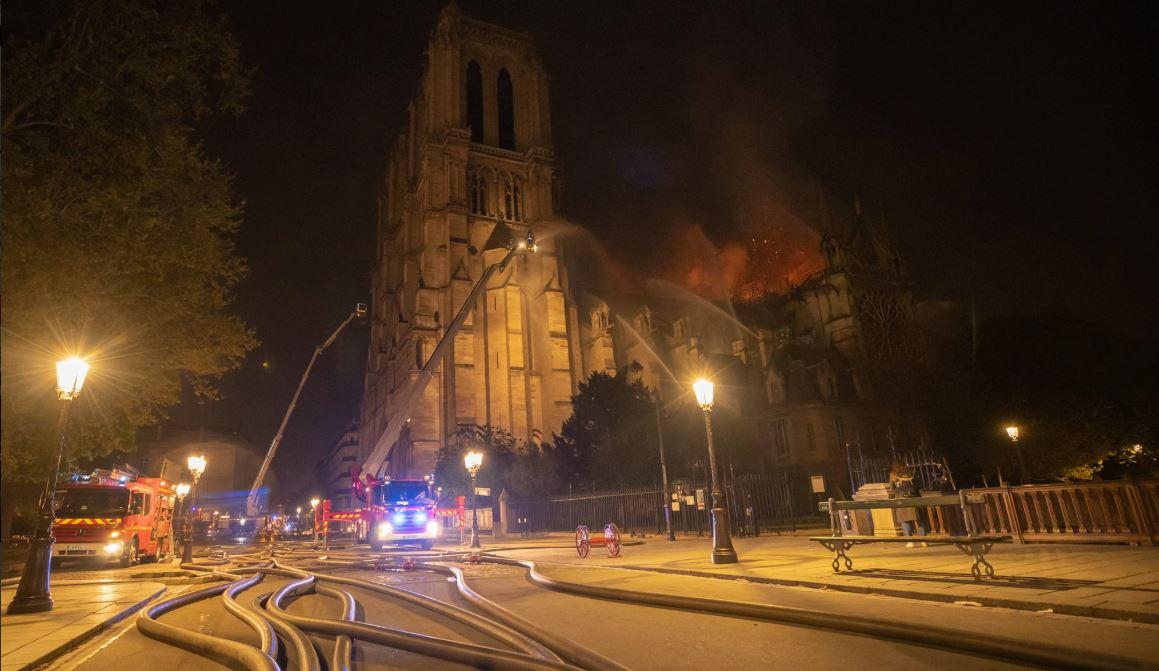 Bomberos controlan incendio en catedral de Notre Dame