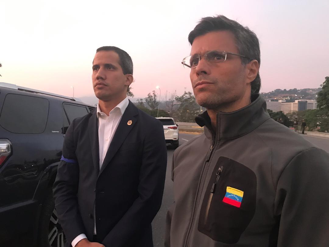 Guaidó aparece con Leopoldo en la calle con militares