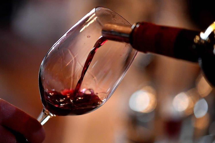 Franceses rechazan norma de dos copas de vino al día