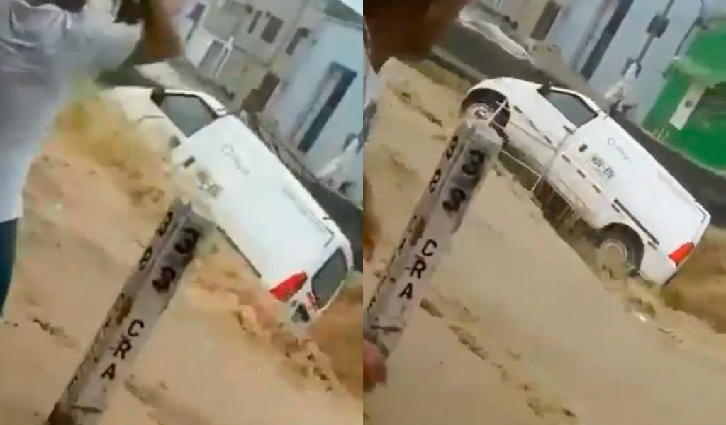 Vehículo en Barranquilla fue arrastrado por arroyo