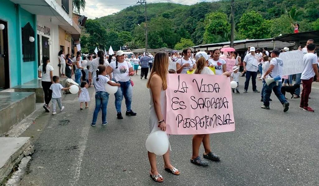 Un minuto de silencio en Tarazá por la paz - kienyke.com