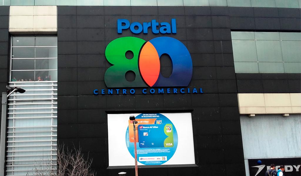 Joven cayó del tercer piso del CC Portal 80