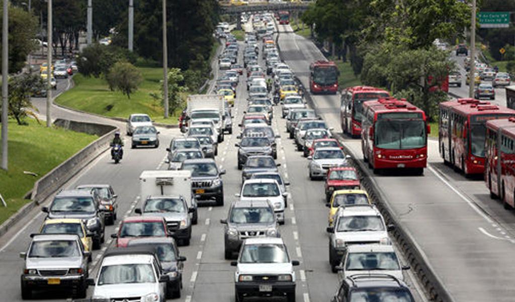 Monumental trancón en calle 170 de Bogotá por accidente
