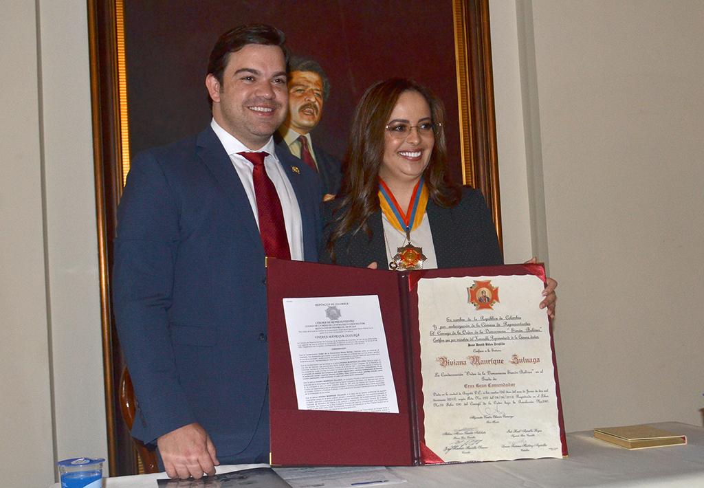 Cámara condecora a Viviana Manrique, miembro de JIFE