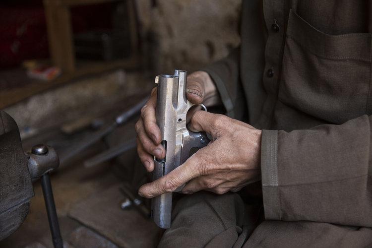 Libros compiten con armas en bazar paquistaní