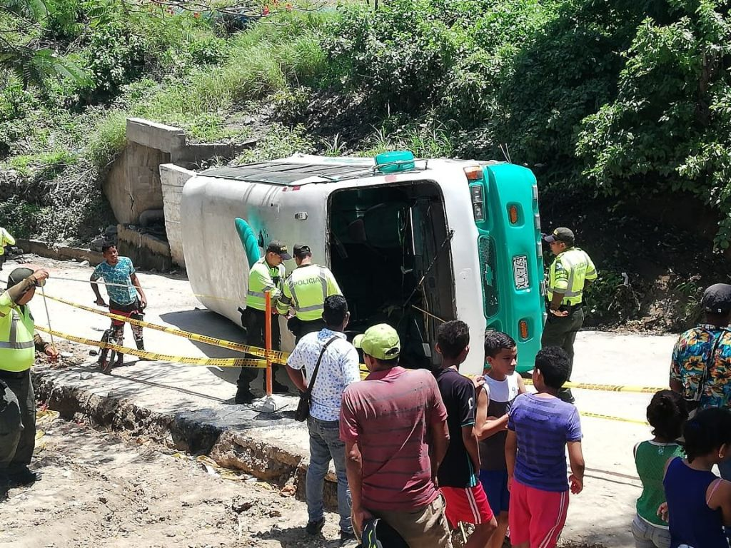 Bus Escolar Sufre Accidente En El Barrio La Terraza De
