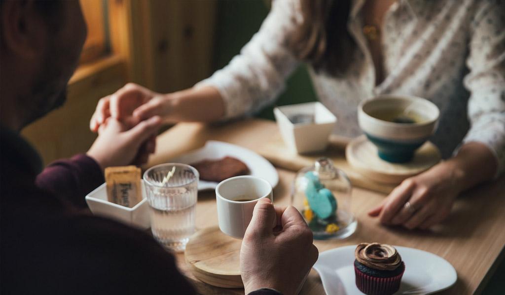 Estudio: algunas mujeres aceptan citas para comer gratis