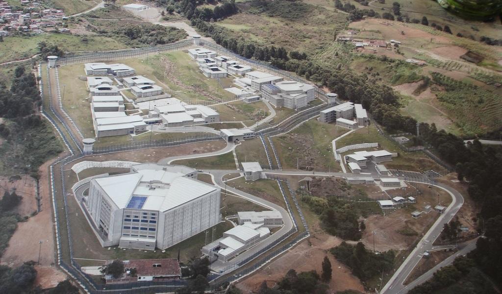Luis Pérez propone militarizar cárceles de Antioquia