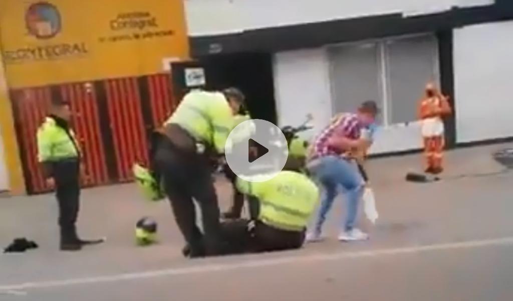 ¿Policías estarían tomando en pleno servicio?
