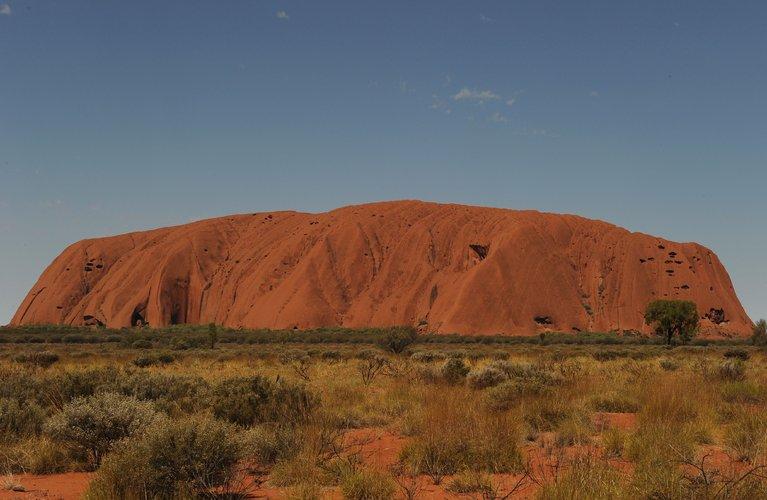 Miles quieren escalar la roca australiana Uluru antes del cierre