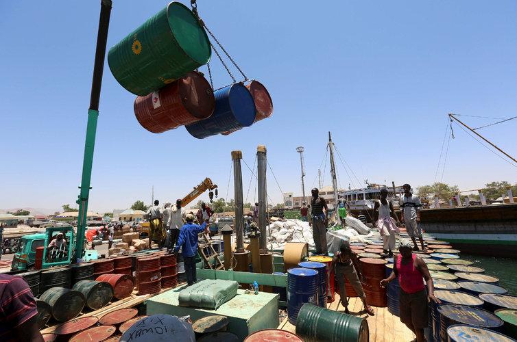 Rivales ricos del Golfo compiten para lucrarse con África