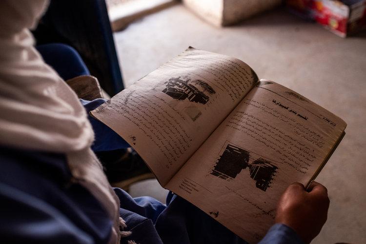 Niñas afganas van a la escuela y destacan