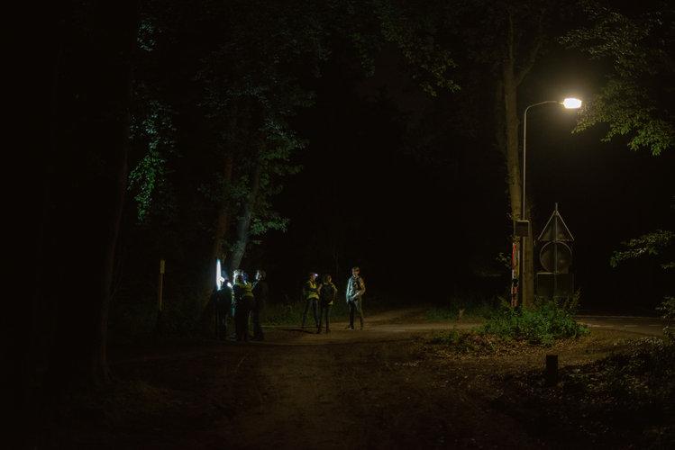 Preadolescentes holandeses maduran en el bosque