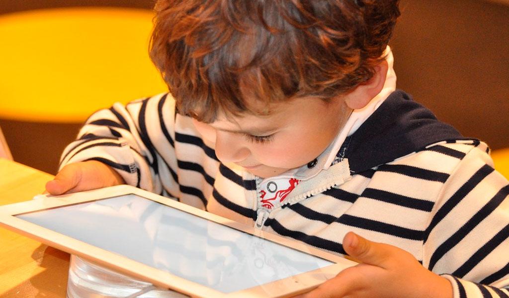 Riesgos de salud por exponer a los niños a una pantalla