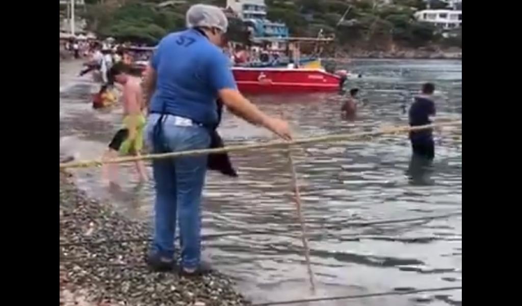 Indigna mujer que lava el trapero en playa de Taganga