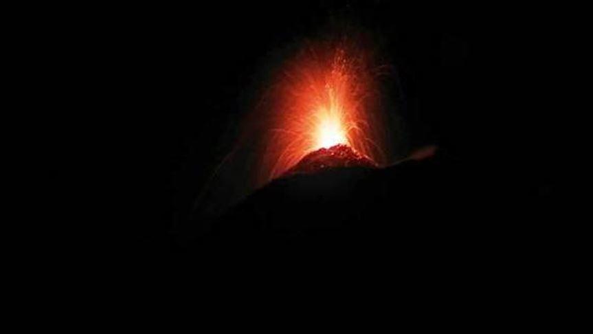 En videos | El volcán que hizo correr a los italianos