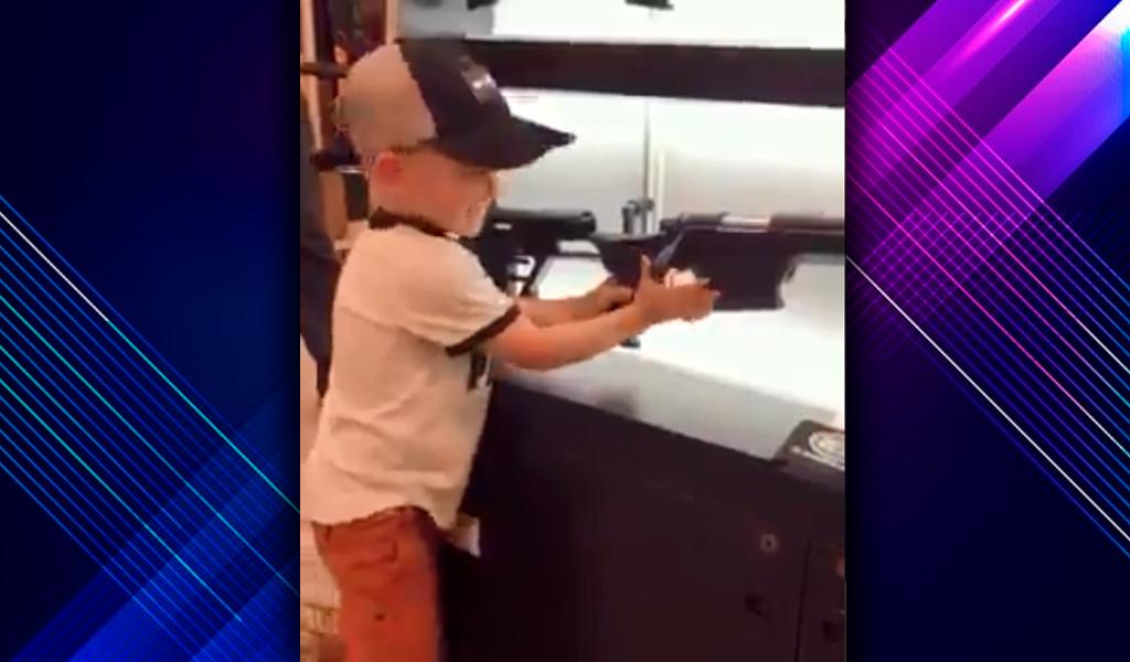 ¿Qué hay detrás del video del niño con un rifle de asalto?