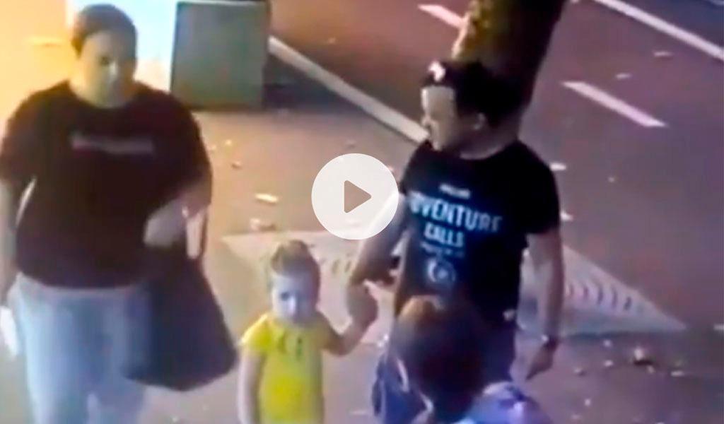 Mujer apuñala a un niño en la cara en plena calle