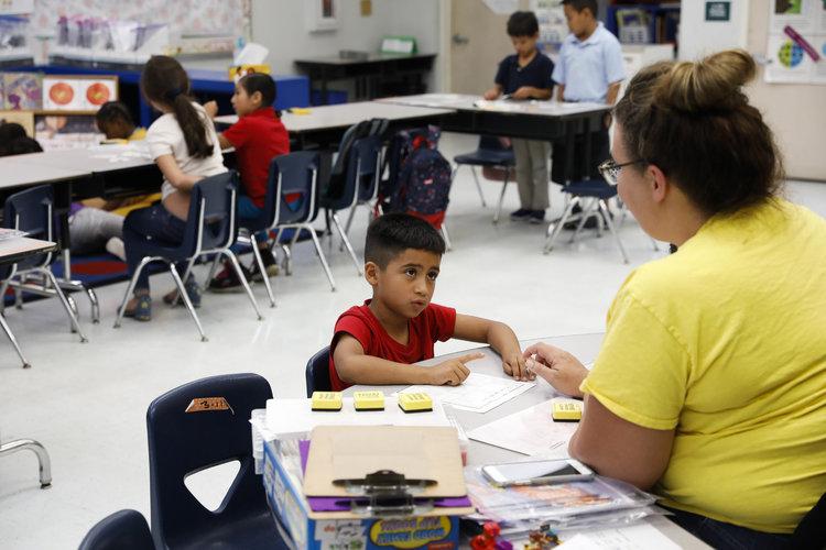 Escuelas estadounidenses enfrentan oleada migrante