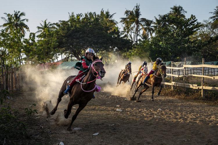 Niños jockeys, tradición polémica en Indonesia