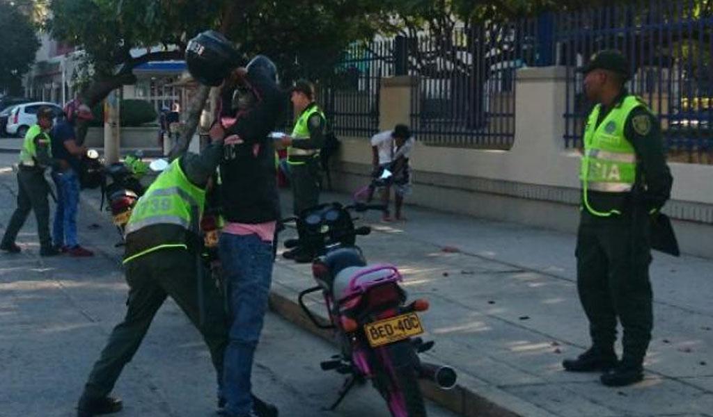 Policía no puede sancionar a alguien que no porte cédula