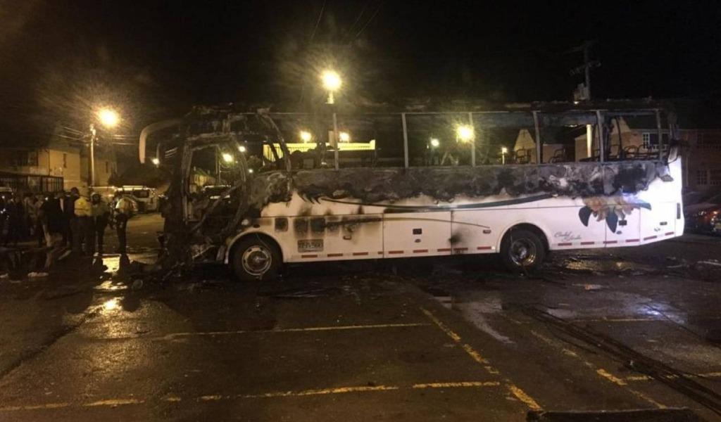 Encapuchados quemaron un bus en Soacha