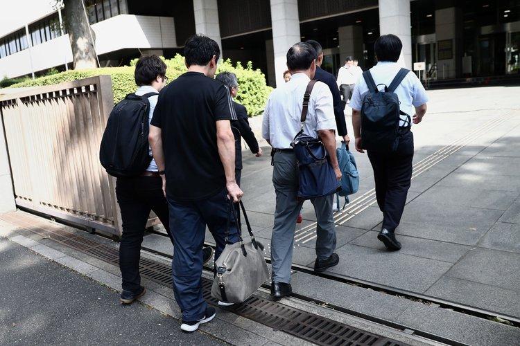 Japoneses temen tomar su permiso de paternidad
