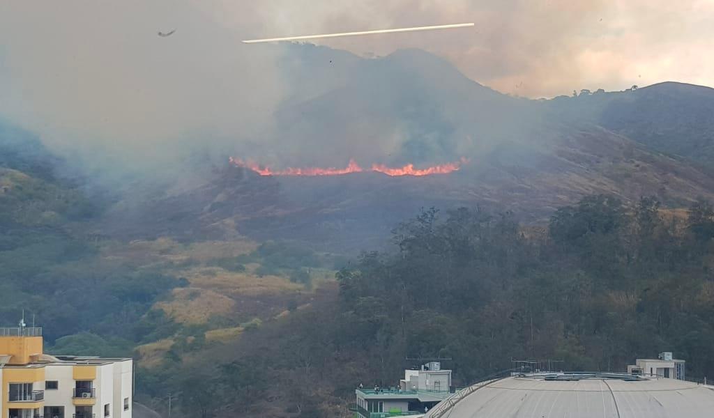 Incendio forestal en Cristo Rey en Cali