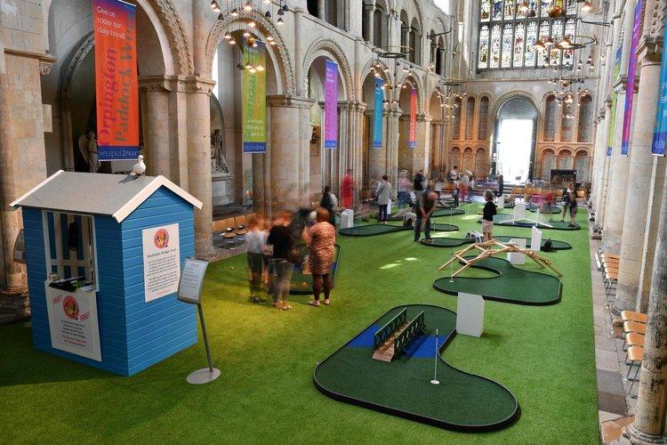 Atraen fieles a catedrales con minigolf y toboganes