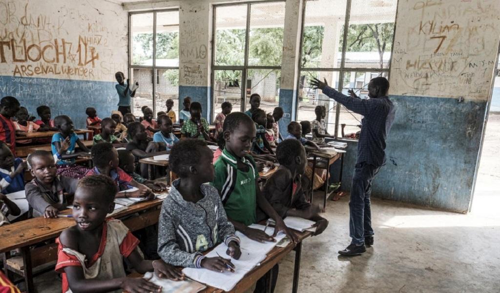 Refugiado dedica su vida para dar clases en campamento