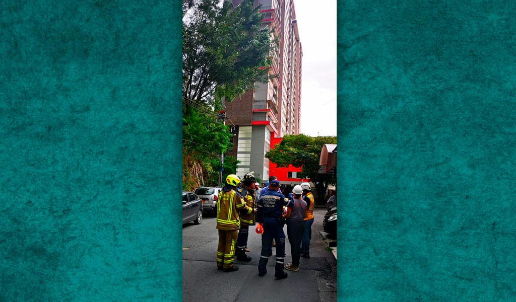 Evacúan edificio en Medellín por falla estructural