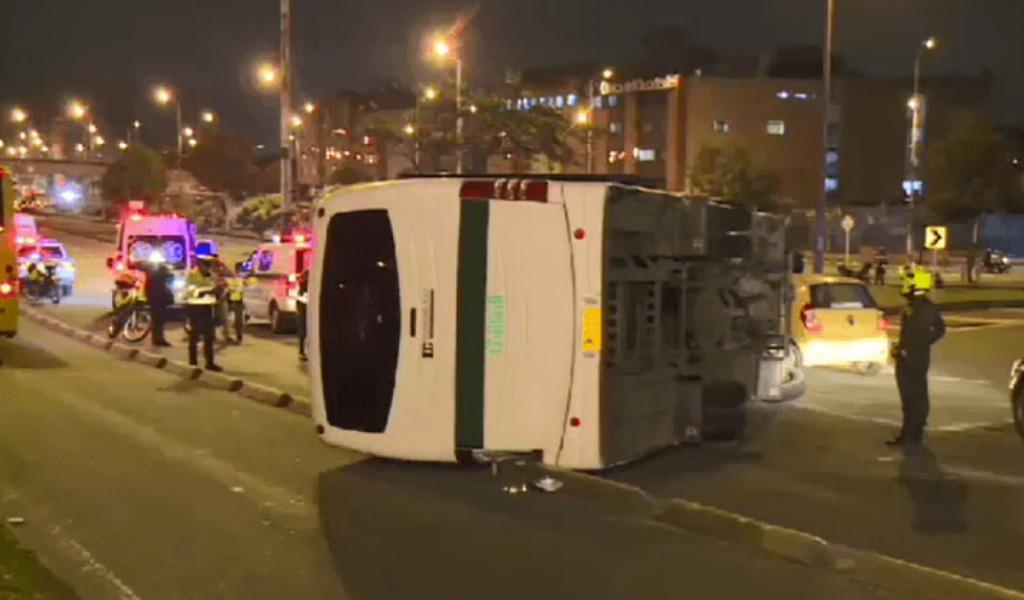 Al menos 24 detenidos se fugaron al volcar un bus de Policía