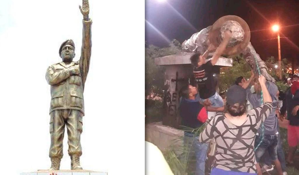 Derriban estatua de Hugo Chávez en Bolivia