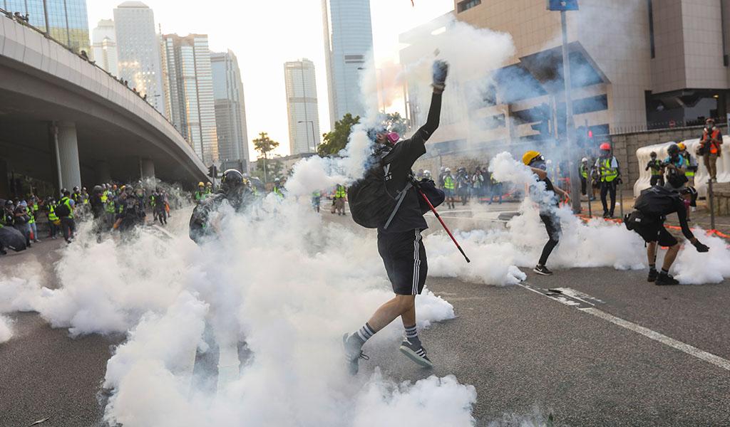 Gobierno de Hong Kong prohíbe uso de máscaras en protestas